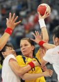 图文-女子手球5-8名排位赛 抱着我也没用