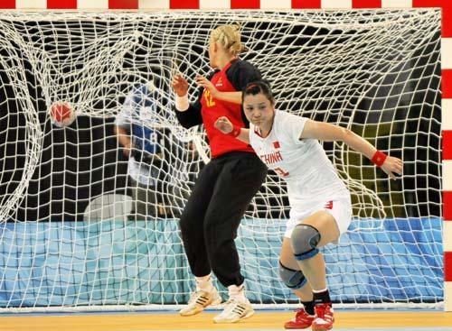 图文-女子手球5-8名排位赛 此球好险