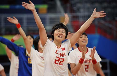 图文-女子手球5-8名排位赛 与观众一起鼓掌