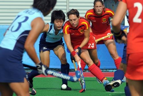 图文-女曲预赛德国1-0日本 双方队员激烈拼抢