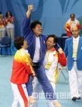 图文-佟文78公斤以上级夺金 教练托起我们的冠军