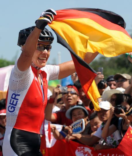 图文-施皮茨山地自行车越野折桂 挥舞国旗庆祝胜利