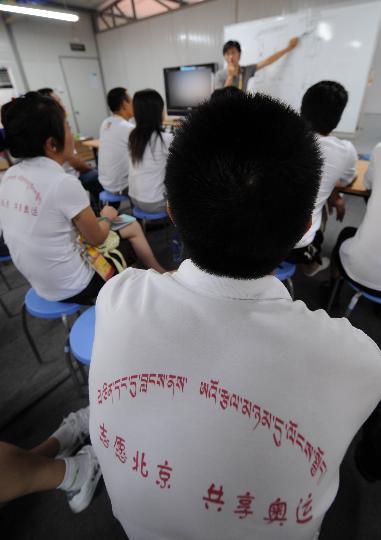 图文-西藏青年志愿者风采 志愿团成员认真听培训课