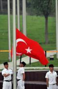 图文-各国举行升旗仪式 升旗手升起土耳其共和国国旗
