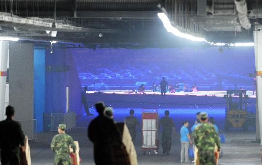 图文-北京奥运倒计时24小时 鸟巢里忙碌的身影
