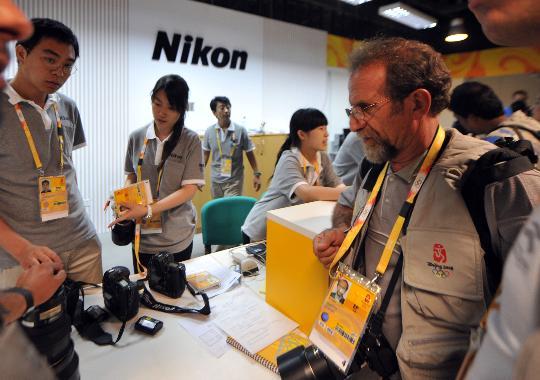图文-奥运开幕在即中外记者云集 相机也累了