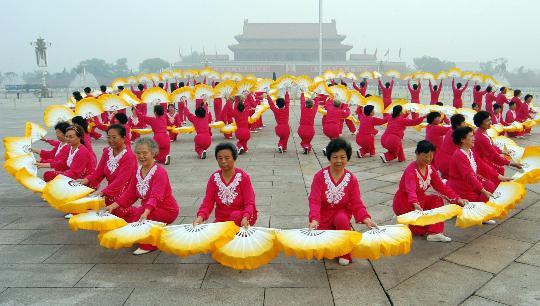 图文-天安门广场健身展示庆奥运 扇子舞美观大方