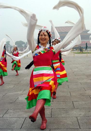 图文-天安门广场健身展示庆奥运 藏族舞蹈风格独特