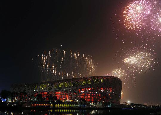 图文-奥运开幕式焰火盛放 鸟巢被焰火映衬得更美