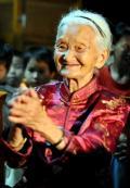 图文-各国群众喜迎北京奥运 104的黄妈干为奥运鼓掌