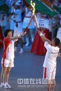 图文-奥运会开幕式盛大举行 高敏与李小双交接