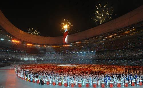 图文-李宁点燃北京奥运主火炬 共同见证历史一刻