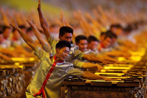 图文-2008北京奥运会开幕式 激情四射的击缶表演者