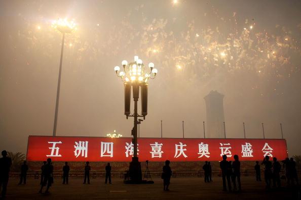 图文-五洲四海喜庆奥运盛会 广场上打出庆祝条幅
