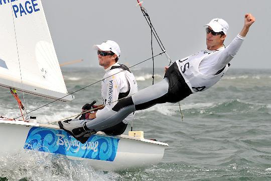 图文-男子双人艇470级澳大利亚夺冠 向观众致意