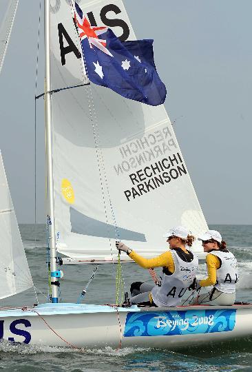图文-女子双人艇470级决赛赛 升起国旗庆祝夺冠