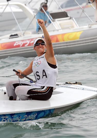 图文-女子单人艇激光雷迪尔级赛况 滕尼克利夫挥拳庆祝