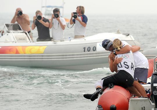 图文-女子单人艇激光雷迪尔级赛况 美选手与教练拥抱