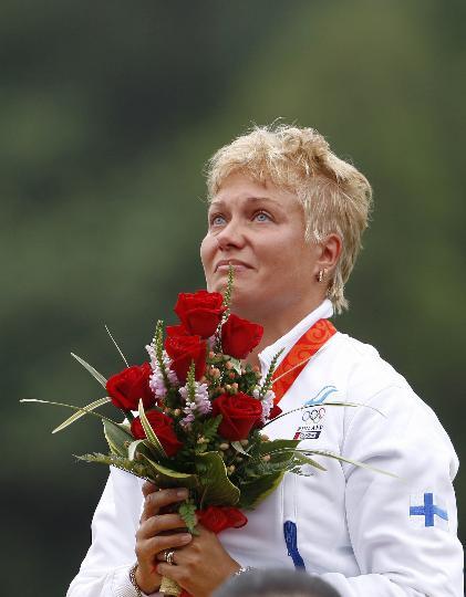 图文-芬兰选手梅凯莱女子飞碟多向夺冠 颁奖仪式上