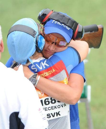 图文-芬兰选手获得女子飞碟多向冠军 紧紧相拥