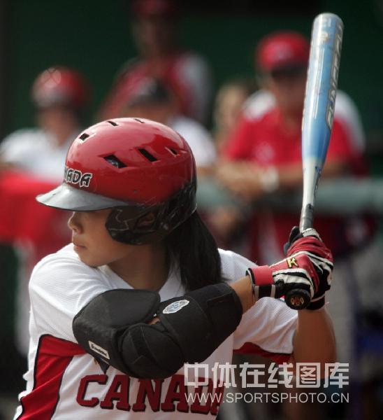 图文-女子垒球预赛中国胜荷兰 加拿大队击球手