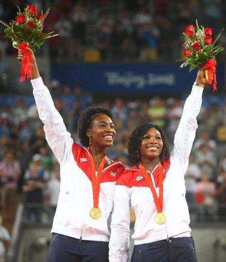 图文-威廉姆斯姐妹夺得双打冠军 向全场观众致意