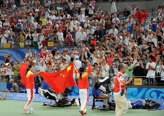 图文-郑洁晏紫夺得网球女双铜牌 接受观众的祝福