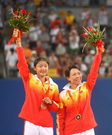 图文-郑洁晏紫夺得网球女双铜牌 感谢观众的支持