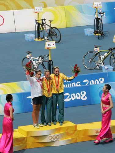图文-女子组决赛尘埃落定 三甲颁奖台上接受祝贺
