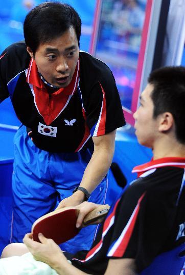 图文-奥运会乒乓球男单柳承敏出局 教练场上部署