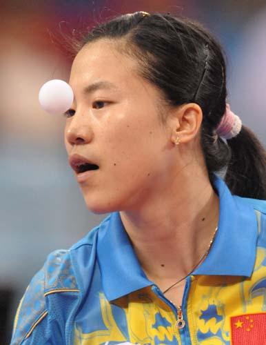 图文-21日乒球女单精彩瞬间 王楠在发球