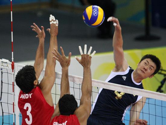 图文-[男排预赛]中国3-2委内瑞拉 中国队队员扣球