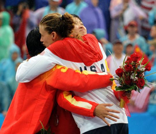 图文-女子沙排决赛美国组合夺冠 冠亚军互相祝福