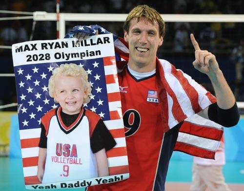 图文-男排决赛美国胜巴西夺冠 儿子海报为爸爸助威
