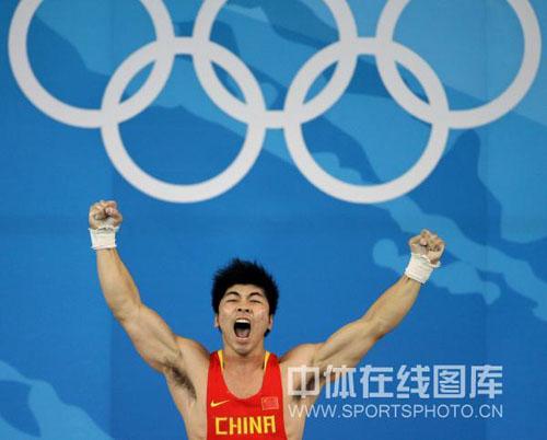 图文-举重85公斤级陆永夺金 兴奋怒吼庆祝胜利