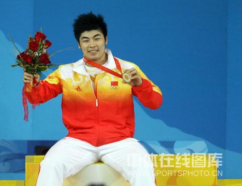 图文-举重85公斤级陆永夺金 坐拥金牌一脸幸福