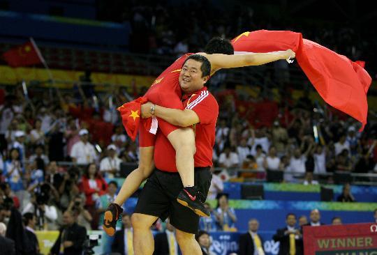 图文-女子摔跤72公斤级王娇折桂 教练抱起冠军王娇