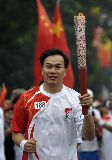 图文-奥运圣火在北京首日传递 火炬手匡鲁彬