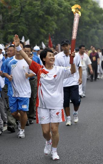 图文-奥运圣火在北京首日传递 火炬手孙丹威