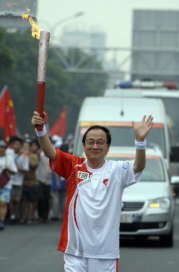 图文-奥运圣火在北京首日传递 火炬手刘吉