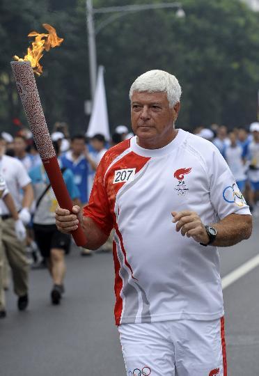 图文-奥运圣火在北京首日传递 火炬手美国人韦尔登