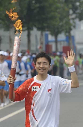 图文-奥运圣火在北京首日传递 火炬手王一南