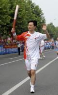 图文-奥运圣火在北京首日传递 火炬手刘成运