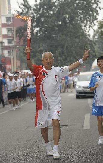 图文-奥运圣火在北京首日传递 火炬手董恒吉