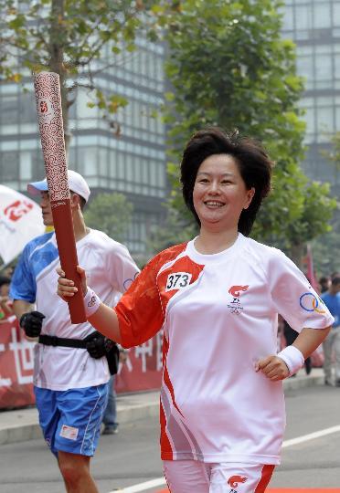 图文-奥运圣火在北京首日传递 火炬手鞠萍