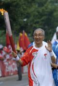 图文-奥运圣火在北京首日传递 火炬手靳尚宜
