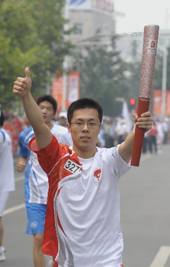图文-奥运圣火在北京首日传递 火炬手李勇