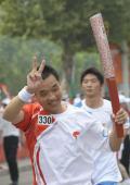 图文-奥运圣火在北京首日传递 火炬手杨秀奇