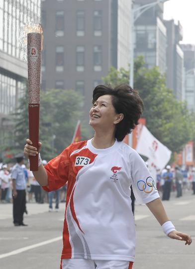 图文-奥运圣火在北京首日传递 火炬手鞠萍开心的笑容