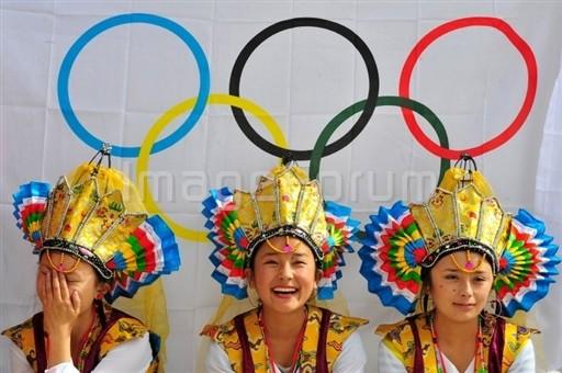 图文-各族美女汇集一堂 开心祝福奥运顺利进行